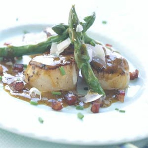 Pan-seared Scallops with Asparagus and Pancetta - 2016 Private Reserve White